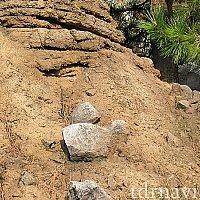 3つの岩が岩肌に