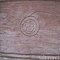 木箱に彫り込まれたミッキー