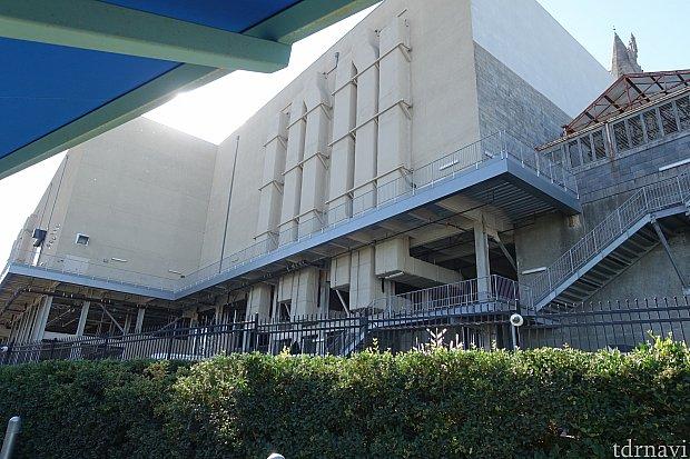 裏側から見ると、なんと斜面に建っているんです!アトラクションの建屋は柱で支えられている状態。