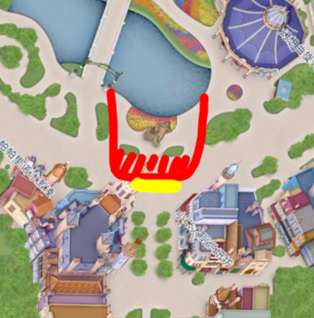 場所はウォルト像前 ロープが張られるのは赤いライン 舞台になるのは赤い斜線部分 (段差はなく平面です) 黄色ラインが正面センター 今回は、黄色ラインの右端あたりから鑑賞しました