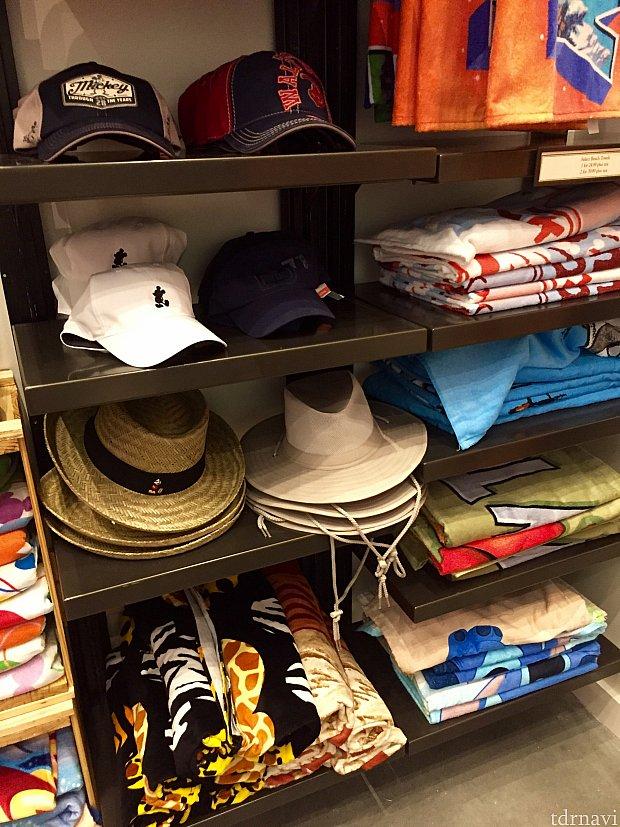 バスタオルより大きめのビーチタオルや、日よけの帽子などの商品です。