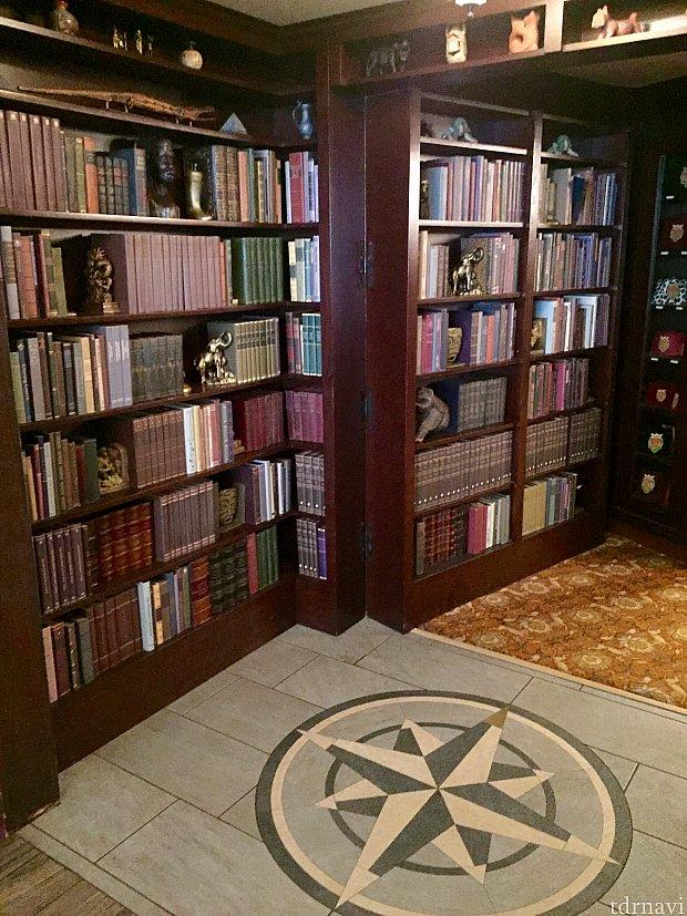 ここが隠し部屋「The S.E.A. Room」への入口。本棚の隠し扉です。実際には開け閉めしていると、サーバーさん達がお仕事出来なくなりますので、ずっと開いていますが。(笑) 実はこの様な隠し扉、アメリカでは住宅用に売られていて、実際に設置されているのを何度か見た事があります。超お金持ちの家での話ですが…