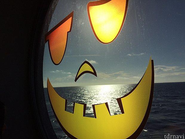 パンプキンフェイスの窓