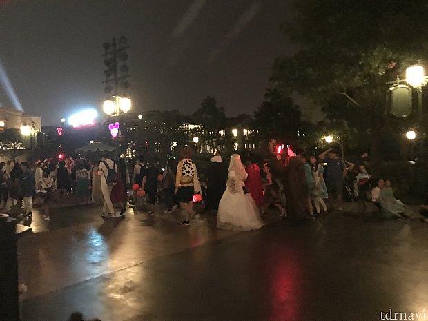 選考漏れした?仮装ゲスト達はパレード前にキャストさんの案内で集まっていました