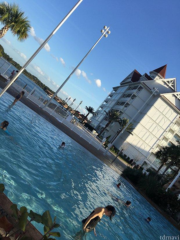 この日は暖かくプールに入っているゲストもいました。