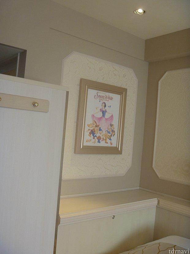 各プリンセスの絵が飾ってあります。これは白雪姫モチーフの客室です!反対側にはリンゴが置いてあります。
