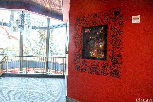 ロビーの雰囲気。たくさんの作品のコンセプトアートが飾られています