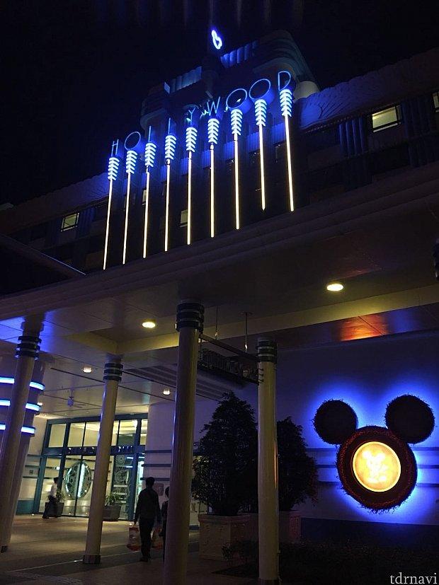 ハリウッドホテルは青いネオンがクールです😎