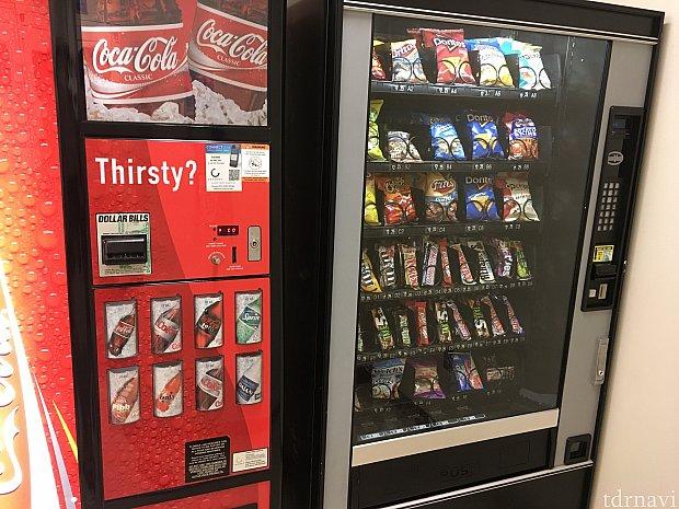 小腹が空いたときはこちらの自販機で。ここは現金のみのようです