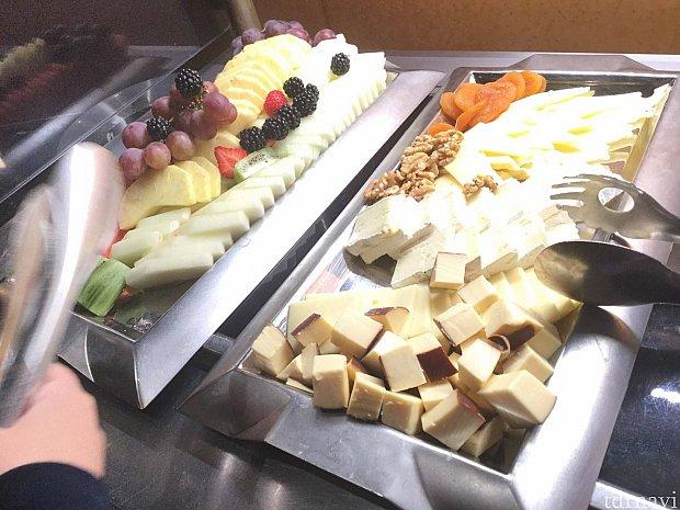 チーズやドライフルーツが充実していると、ついついお酒が進みます♡