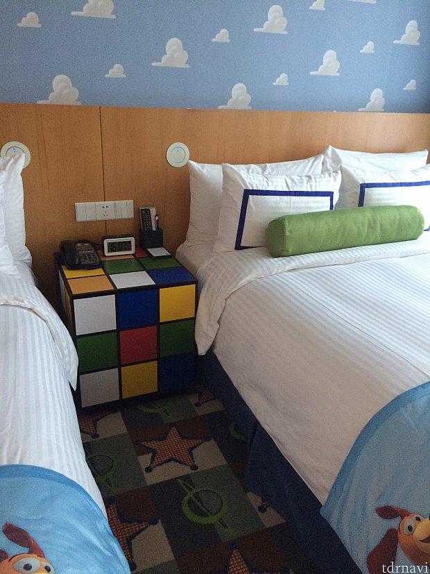 壁紙もベッドサイドテーブルも心踊るデザイン