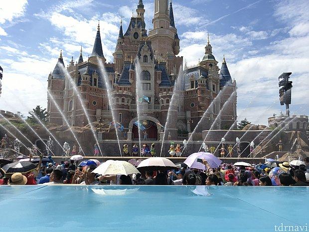 イメージ的には「ゴールデン・フェアリーテイル・ファンファーレ」夏の水濡れバージョン的なショーです。ぜひ上海初の季節イベントを楽しんでくださいね!