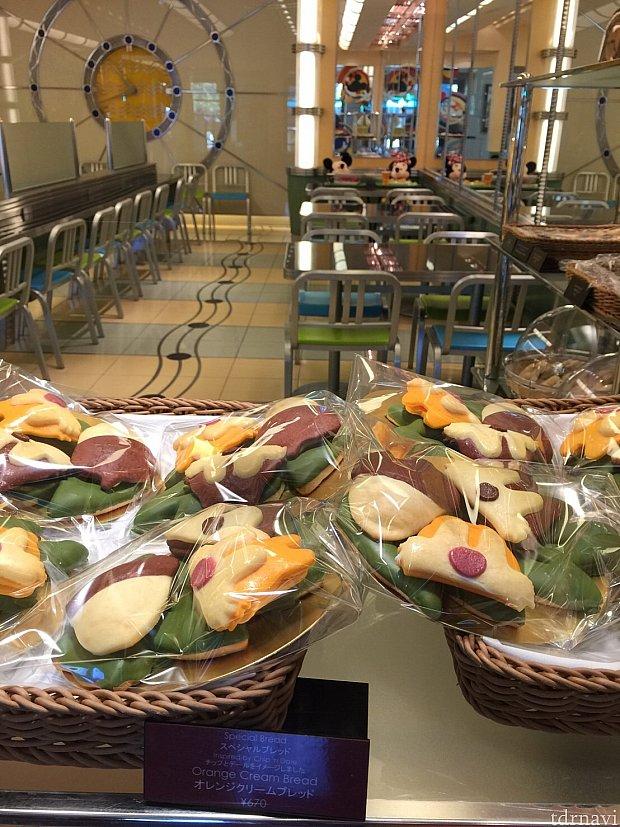 チップとデールのパンが並べられているのを見るだけでテンション上がります。(ミッキーとミニーは、朝食中ですね♪)