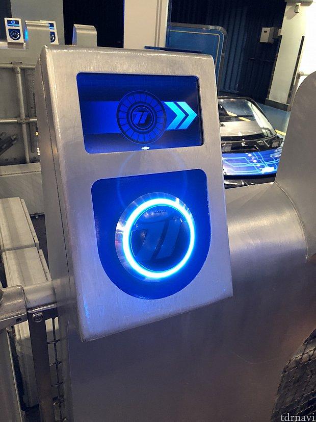 乗り場につくと、再度マジックバンドをタッチする機械があります。こちらにタッチすると、先程カスタムした情報を乗り物に記憶させることができます。