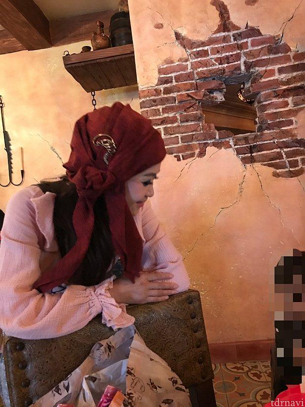 突如現れて子どもに話しかける海賊のお姉さん