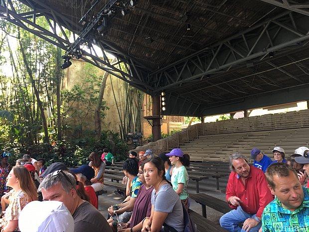 屋根付きの開放的なスタジアムで観覧します。席数はある程度あるため、ショー開始直前に到着しても、入れそうですね。