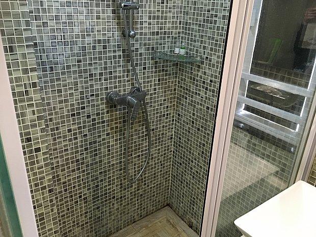 シャワールームはガラスの引き戸のため洗面台方面に水が流れず安心です(と言いつつ、ドアを閉めるつもりが両方のドアを片側に寄せるだけになってしまい、盛大に洗面台を水浸しにした私…)
