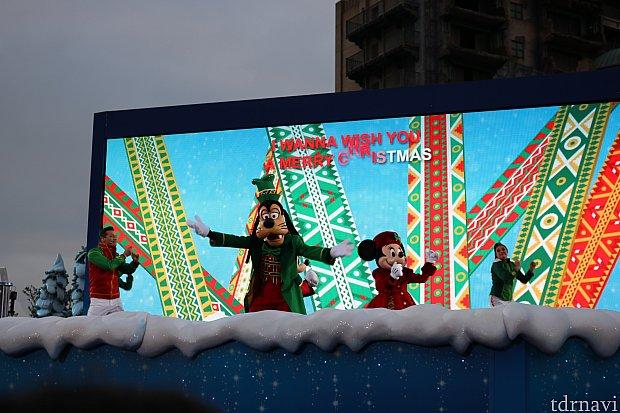 クリスマスソングの歌詞が大スクリーンに!
