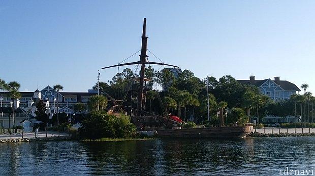 ボート乗り場から見た難破船(?)実はプールにつながるウォータースライダーになっています。