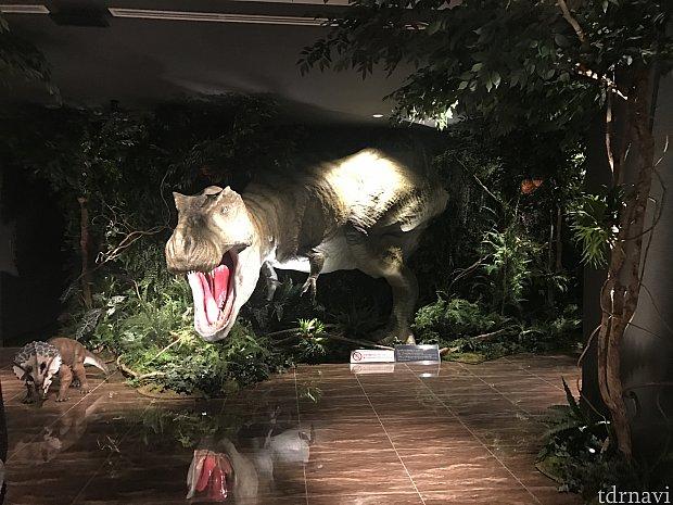 入った瞬間大きな恐竜にびっくり!時々うなります。