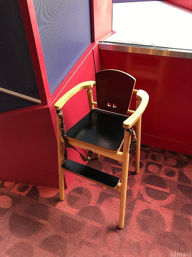 違うレストランですが、子供用椅子はこれと同じ物。