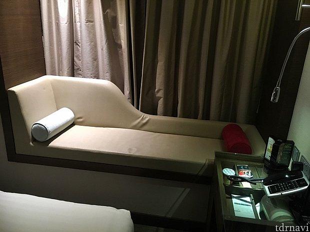 ベッドの奥はソファ。カーテンを開けると外が一望…!
