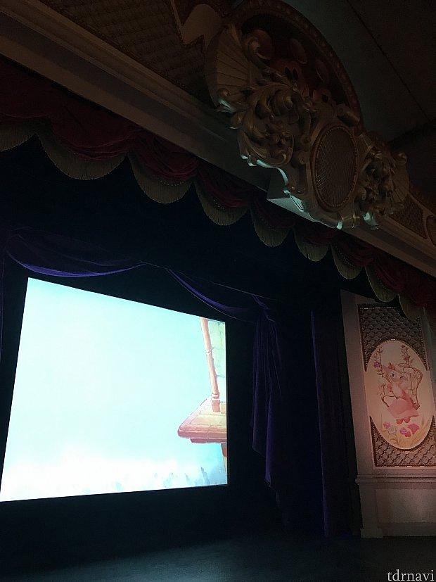 日本と同じようにスクリーンでディズニームービーが上映されています。