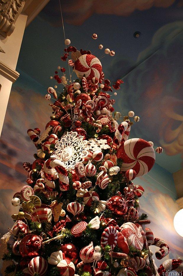 ワールドバザール・コンフェクショナリーには、キャンディーのツリーが。店内の飾り付けにもキャンディが多くあしらわれています。