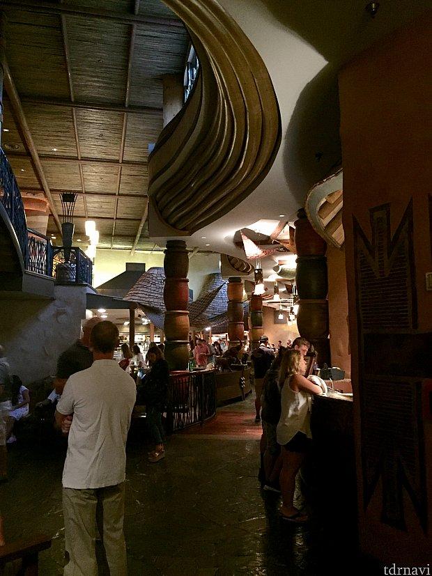 お隣には大人気アフリカンビュッフェレストランのBOMAが。
