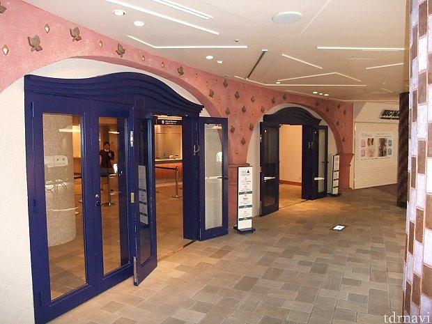 東京ディズニーリゾート・チケットセンターの入口。 同じフロアの近くには、スターバックスもあります。