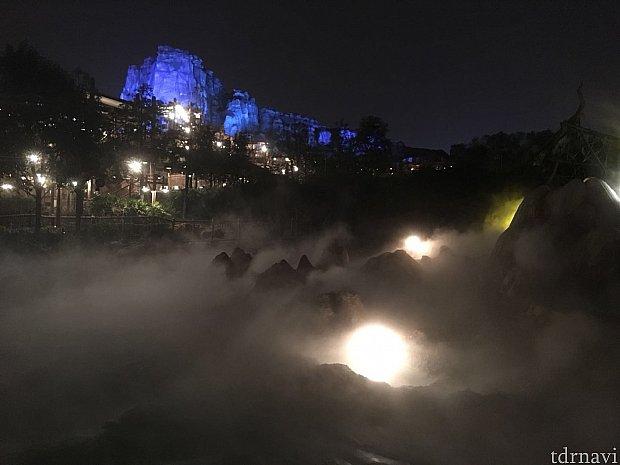 すぐ横にあるロアリング・ラピッドの夜景です。アドベンチャーアイル全体の雰囲気が何とも言えず神秘的です。