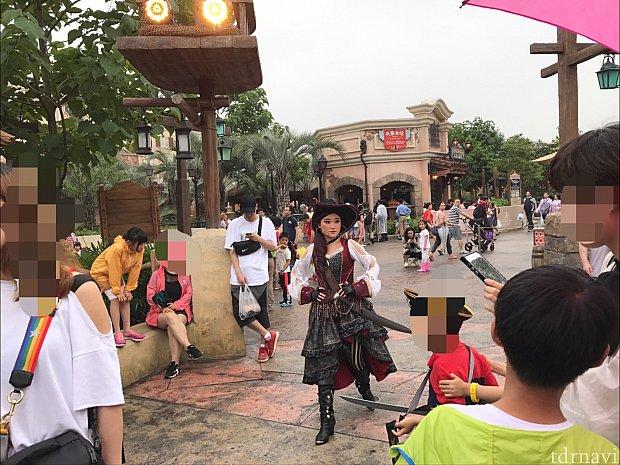 海賊のお姉さん登場!