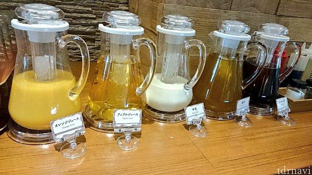 水はないですが、緑茶とウーロン茶があります