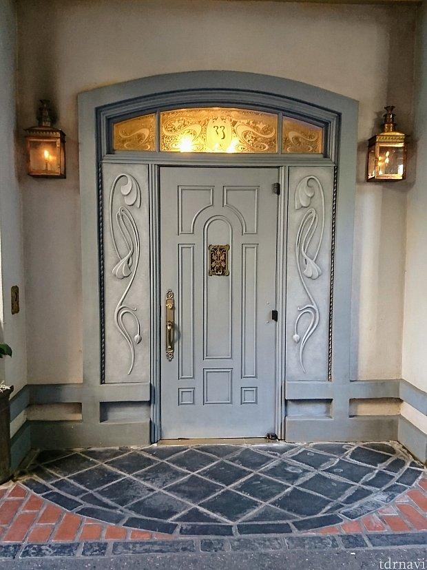 あの有名な『クラブ33』の入り口。PANDORAのキャストさんが案内してくれました。「この辺りの建物の2階は、全部レストランになっているそうよ!行ってみたいわね〜」「私も!」と盛り上がりました。