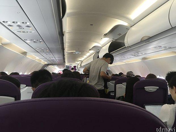 機内は通路が一本の中型機。帰りの成田便はとてもキレイだったので、最新の飛行機だったようです