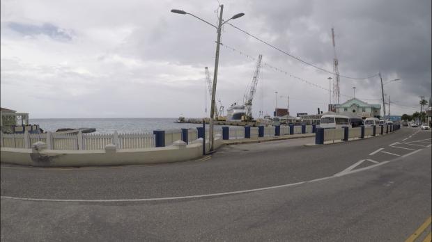 海沿いの道を歩いてるところ。ファンタジー号が停泊してるのが見えます!