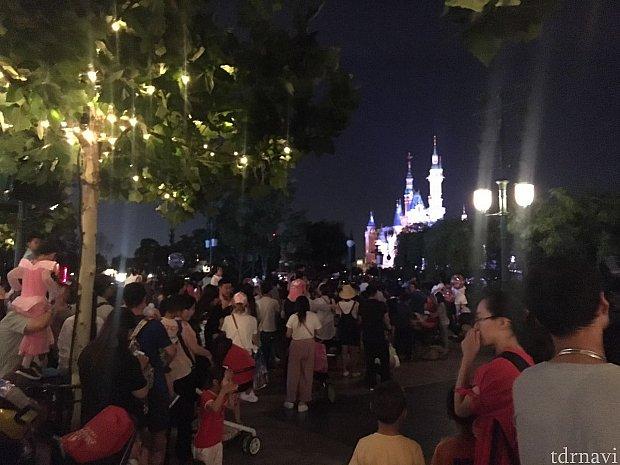 なんか色々なところに列が出来ていて「何に並んでるんだろう?」とおもったら、お城が見える角度の場所に沢山の人があつまり以前に列になっていました。意外にも押し合いへし合いは無く、みんな整然と列のようになりお城を見つめています。
