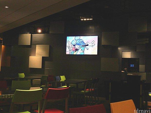 店内では、ミッキーのアニメーションが放映されていました。見ていて楽しめるので、ゆっくりくつろいでしまいます。