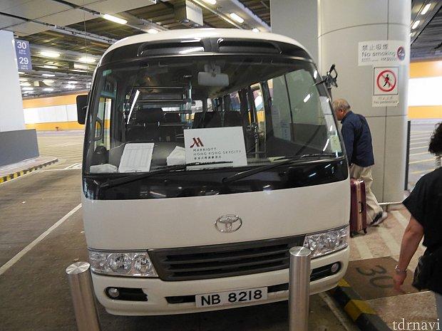 こんな感じのバスです。スカイシティマリオットと書かれた紙が運転席付近に貼られてます。中にスーツケースを入れる棚があります。時間帯でバスサイズは変わるかも。
