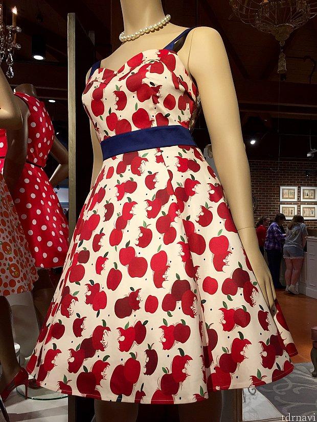 次のドレスはSnow whiteがテーマ。ドレスのお値段は$98。