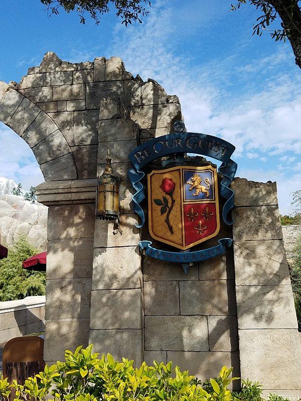 ここの門を通るとBe Our Guestです。