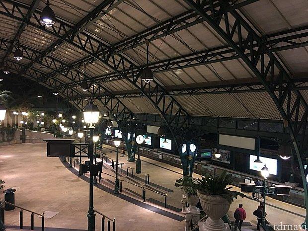 24時前のディズニー駅はひっそりしています。