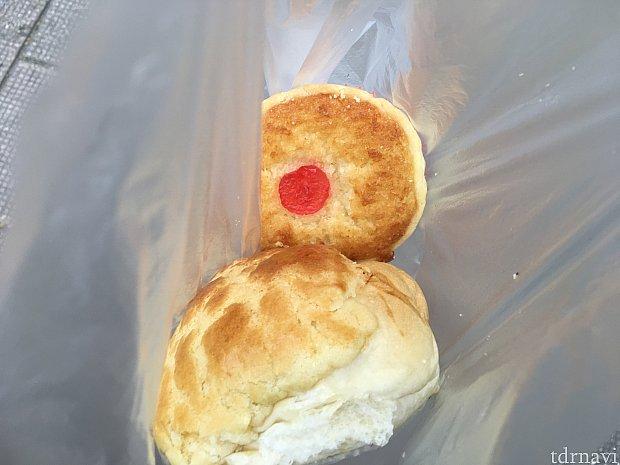 手前はパイナップルパン(メロンパンみたいなもの)、奥はココナッツタルト。2つ合わせて8香港ドル。お水のペットボトル3香港ドルと合わせても超格安!物価も安く、過ごしやすいエリアですよ