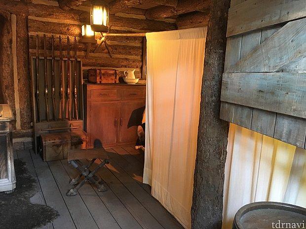 砦の1階では…おや、どなたか就寝中。