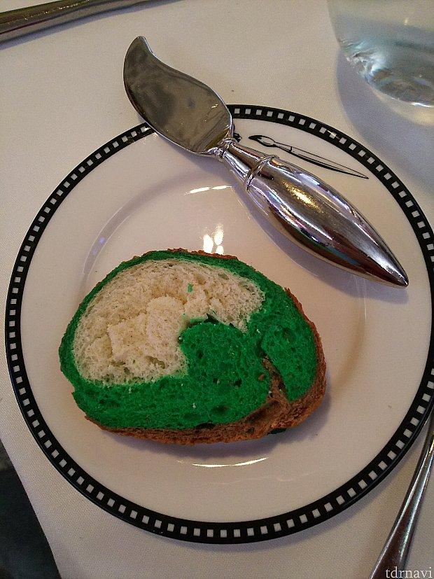 パンもマーベル仕様でハルクの緑! 見た目は…ですが、味はGood!(笑)