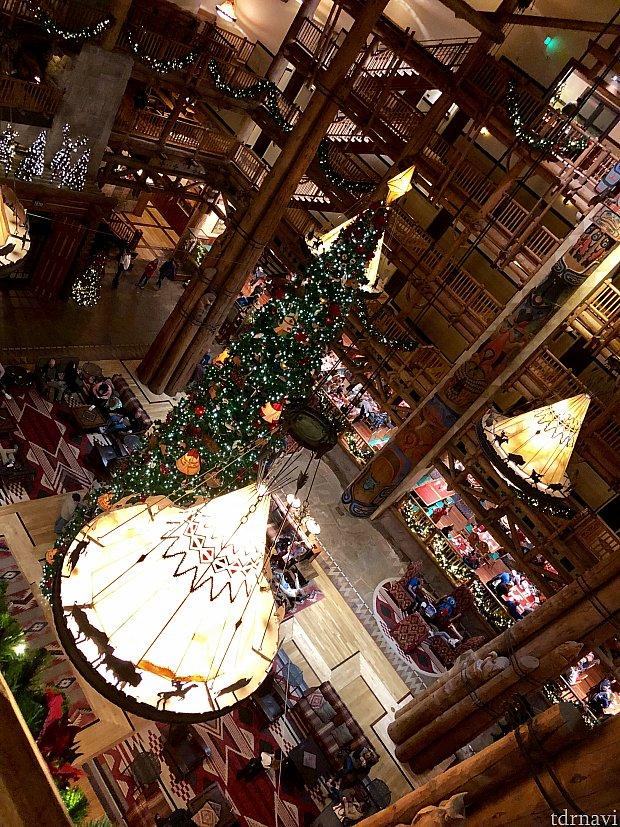 とても印象的なホテルロビー。ホリデーシーズンの飾り付けがとても綺麗です。レストランはこの巨大ロビーの一角にあります。
