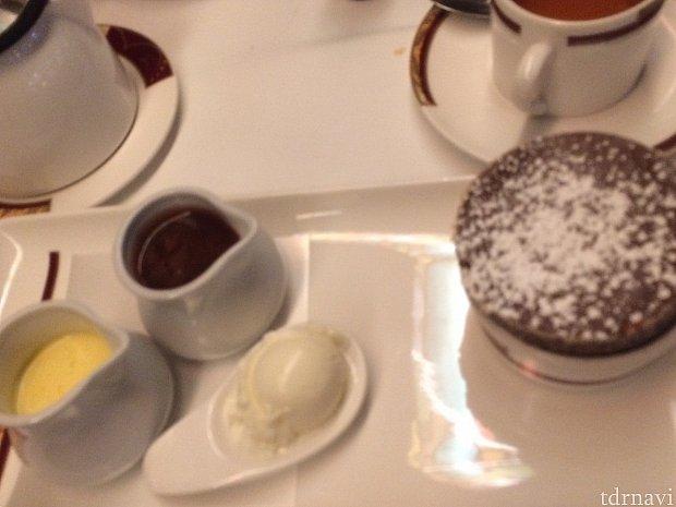 有名な(?)チョコレートスフレ。焼くのに20分掛かるそうです。中に2種類のクリームをたっぷり入れて、さらにアイスを乗せて食べます。 ルミエールでも似たようなスフレがあったような・・。