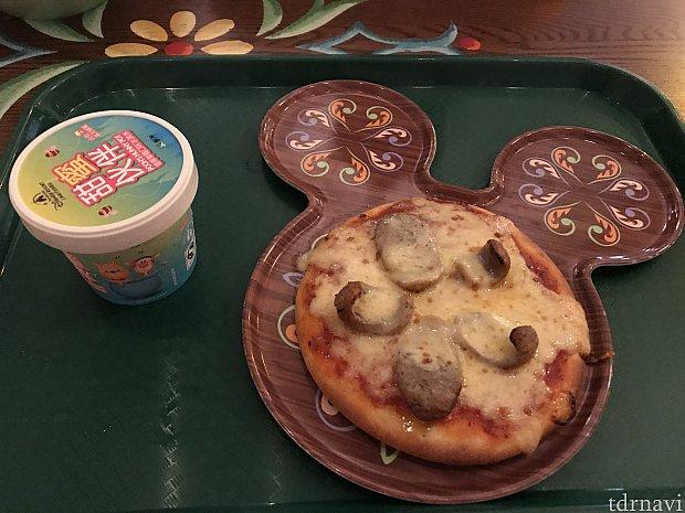食べる前の写真。大人用の半分くらい? ソーセージが載って、普通に美味しいピザです