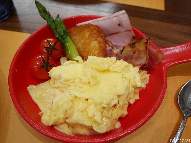 卵を目玉焼きかスクランブルにしてくれるメニューでスクランブルにしました!写真はチキンハムとベーコンを選択したものです。