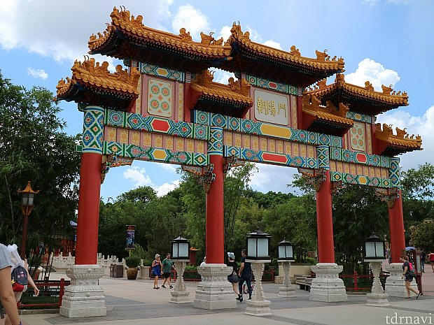 皆さんご存知の中国館前の門です。